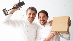 """Xevi Ramon y Carlos Milán celebran el premio al """"mejor pan de payés sin gluten de Catalunya 2'019""""."""